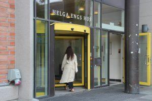 Jente går inn gjennom døren til Helga Engs hus