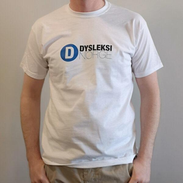 Hvit t-skjorte med Dysleksi Norge-logo