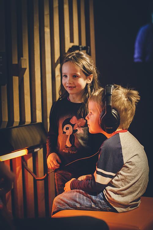 gutt og jente hører på musikk