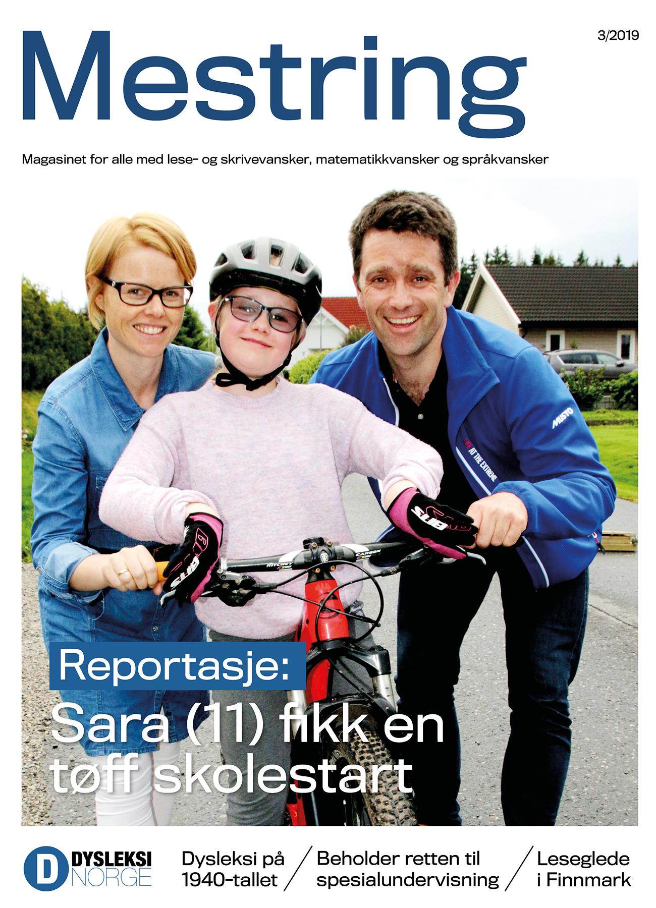Ung jente med sykkel og foreldrene sine