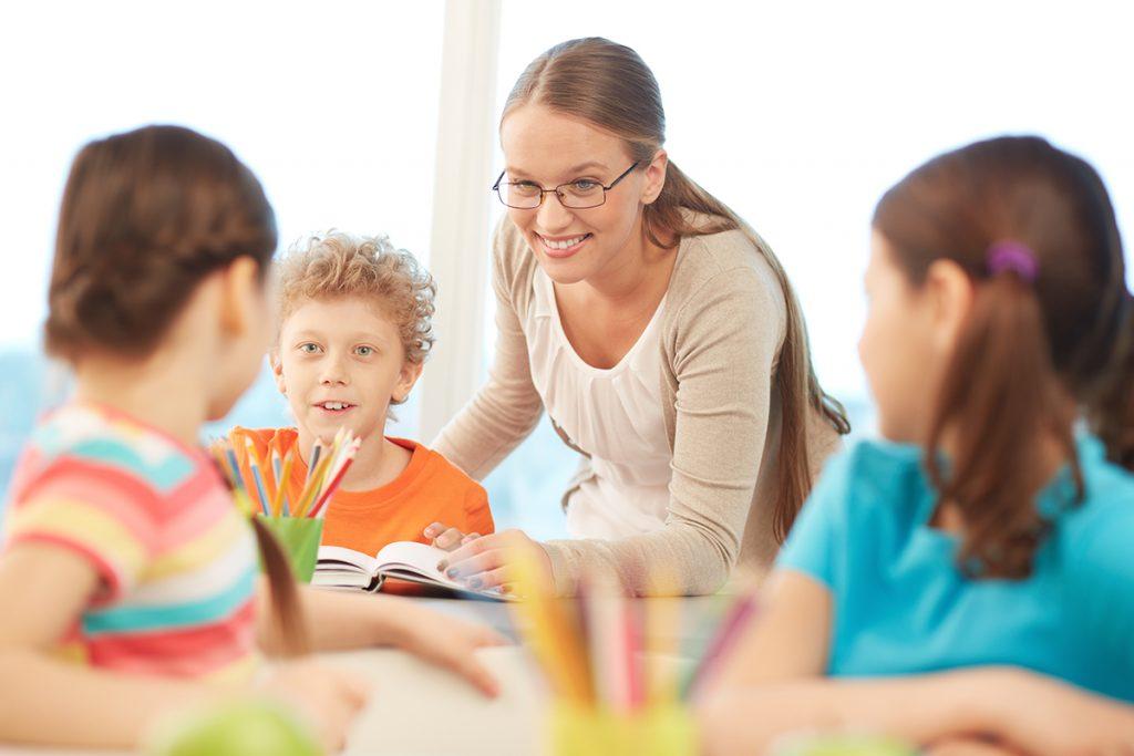 Lærer med tre elever