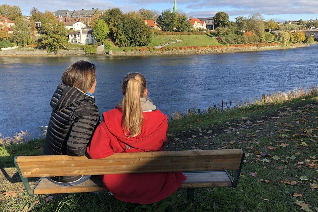 Mor og datter på benken