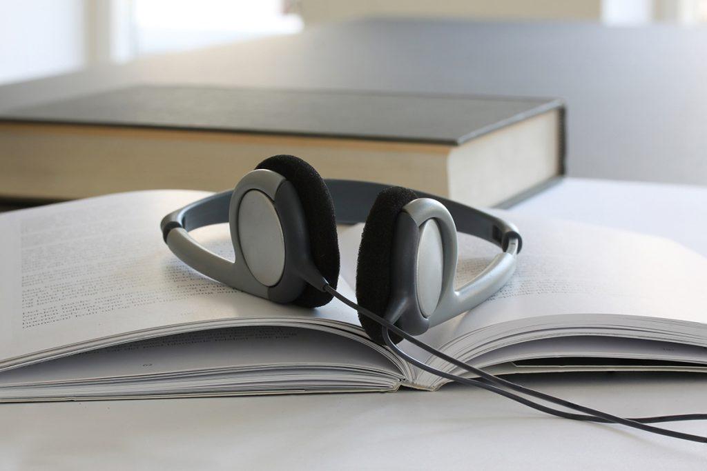 Hodetelefoner oppå en bok