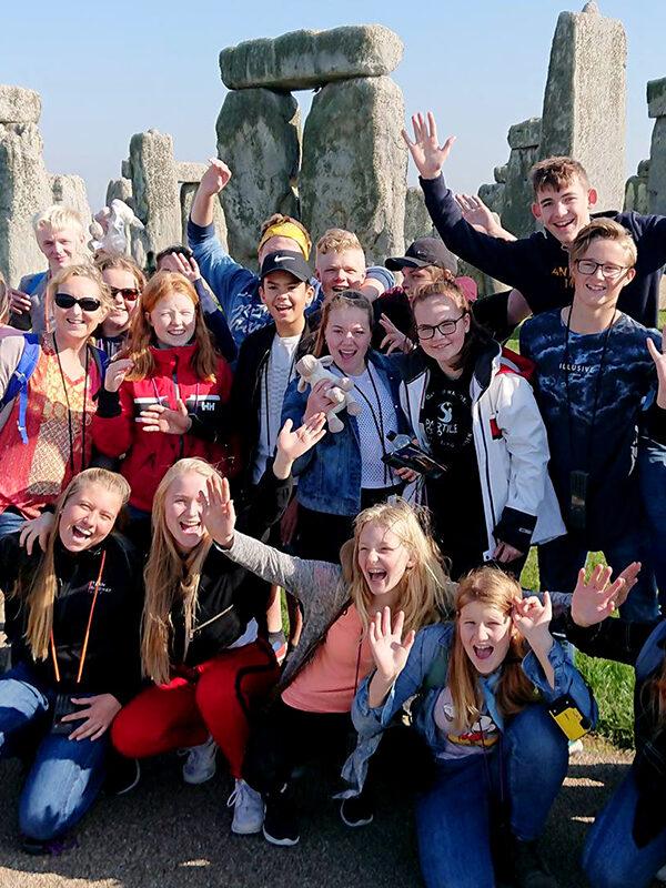 Ungdommer foran Stonehenge i England