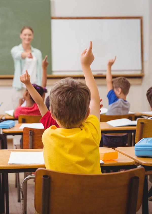 Elever rekker opp hånden i klasserommet
