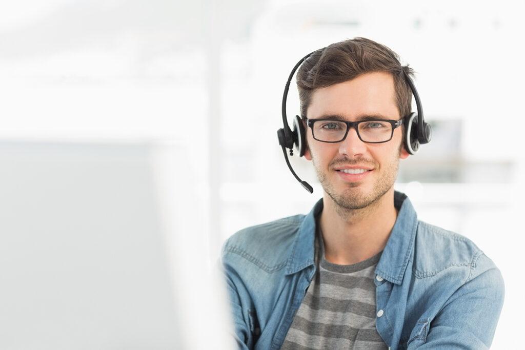 Mann snakker i telefonen med headset
