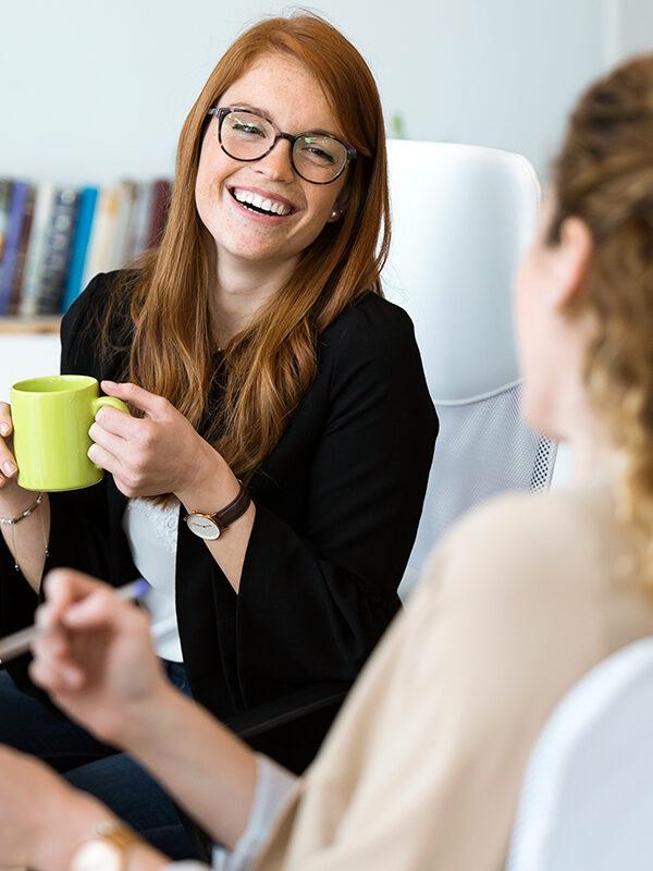 To kvinnelige kollegaer snakker