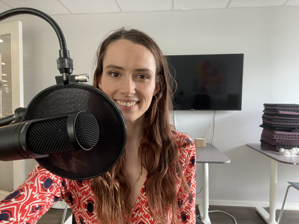 Angelika Kristiansen i PÅDDKAST-studio. Hun fortalte om sin oppvekst med dysleksi.