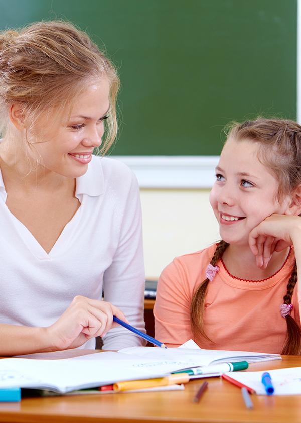 Kvinnelig lærer med elev