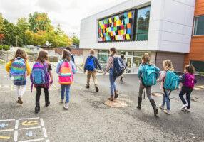 Elever går gjennom skolegården